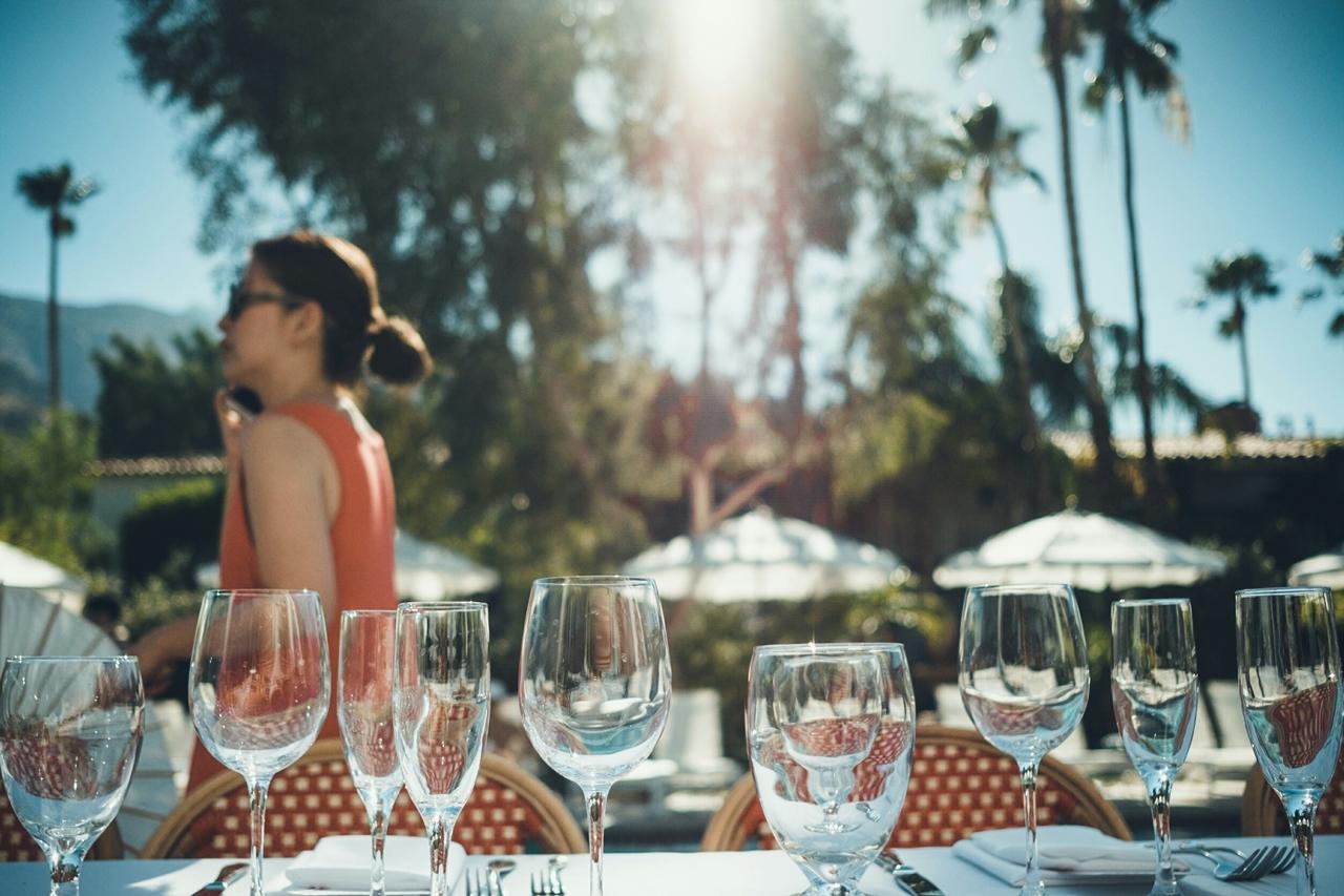 LAのPalm Springsで行われたおしゃれなウェディング。ドレスは人気のホートン、モザック。
