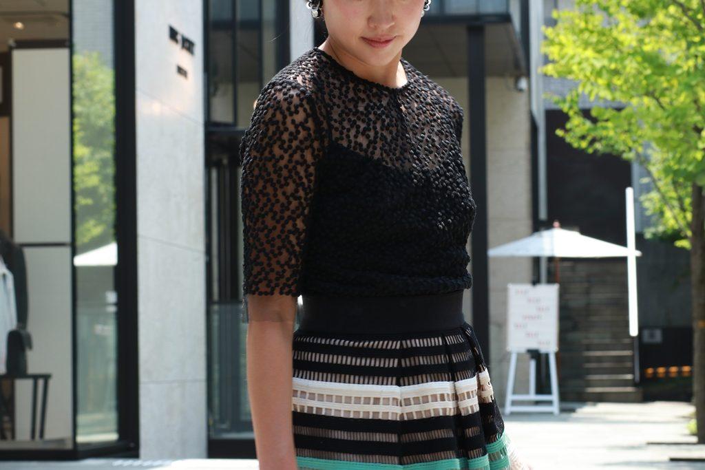 レラローズのパーティードレス。黒いドット刺繍のトップスとメッシュのようなレースで黒、ベージュ、グリーンのボーダーのスカートを組み合わせています。
