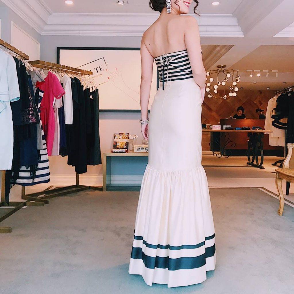 胸元は白と黒のボーダーでドレス部分は白のマーメイドシルエットの総シルクロングドレス。