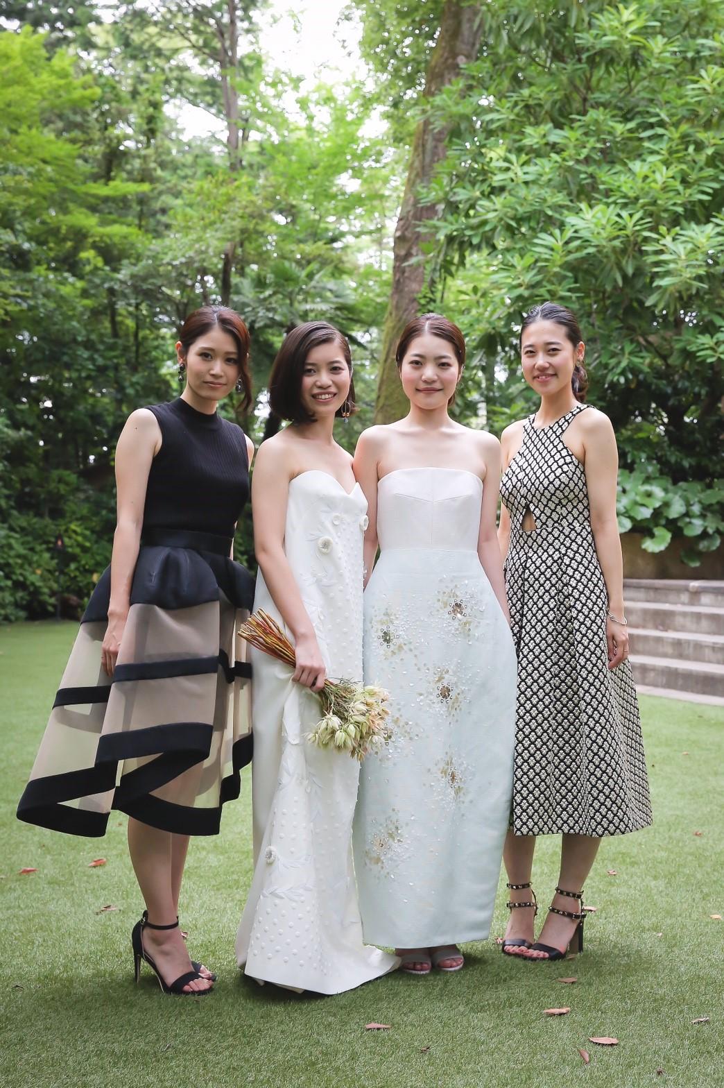 デルポソの2016SSコレクションのドレスを着ている女性達の写真。全てレンタルパーティドレス。