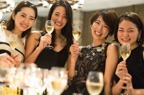 オシャレなレンタルパーティードレスを着たゲストが集まったパーティーの様子。