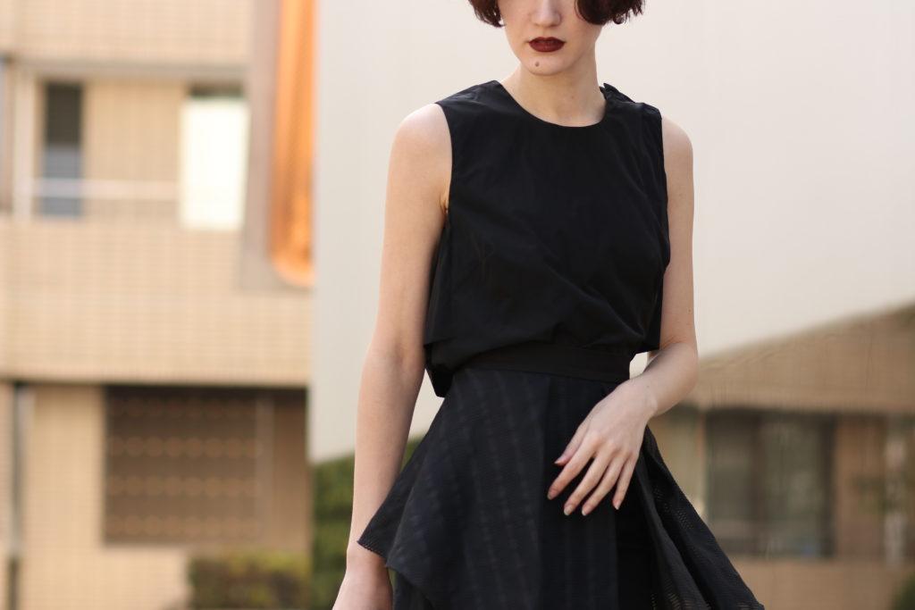 ナイトパーティーにはブラックコーデはおすすめ。デザインが特徴的なブラックレンタルトップスとスカート。