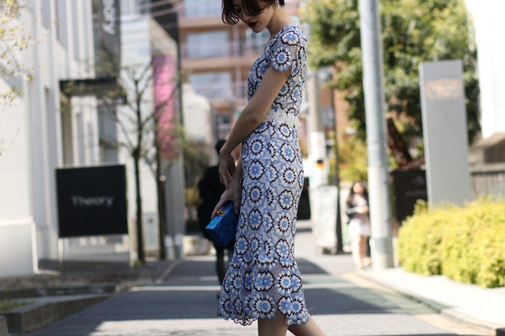 ML Monique Lhuillierの白と青の半袖タイトドレス。