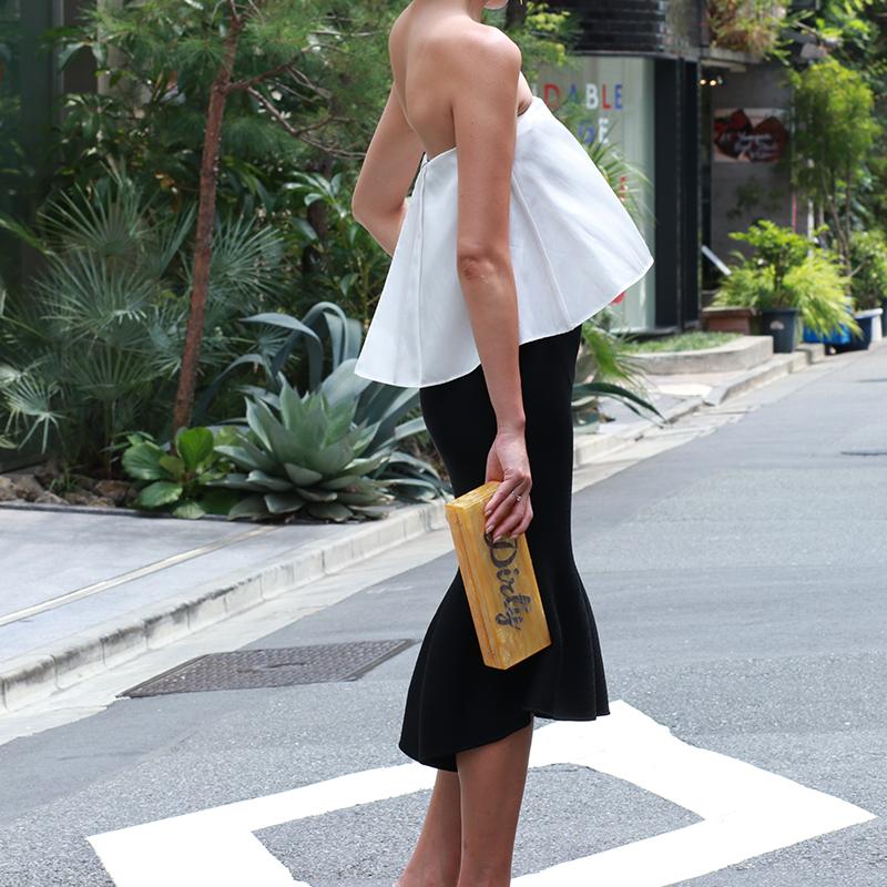 ストラップレスの黒と白のバイカラーのドレスは着る時のドレスのインナーの選び方がとても大切
