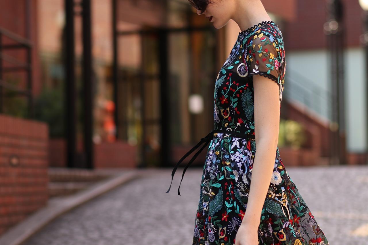 ML Monique Lhillier 黒地にカラフル刺繍が施されている半袖のロングドレス。