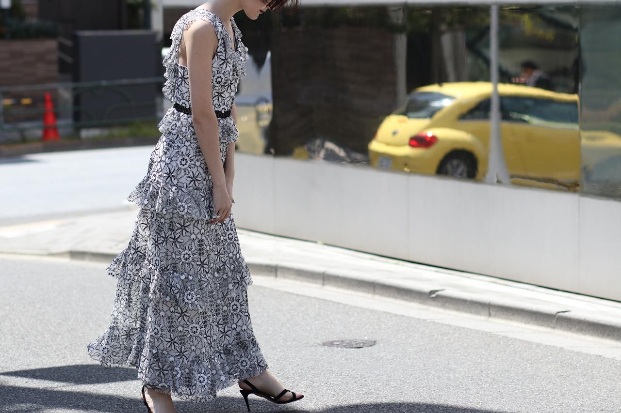 ML Monique Lhuillierの白に黒で刺繍が施されているロングドレス。