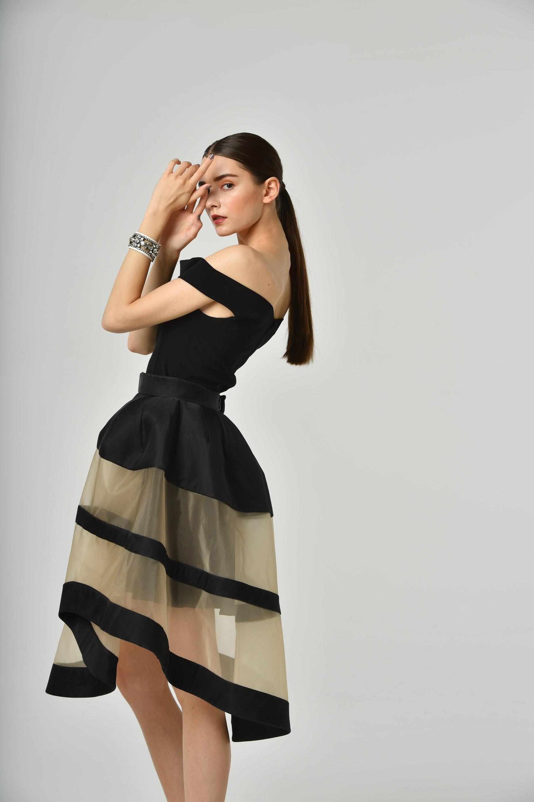 CANMAKEのCMで河北麻友子さんがお召になったDelpozo(デルポソ)の黒のボリュームスカート。