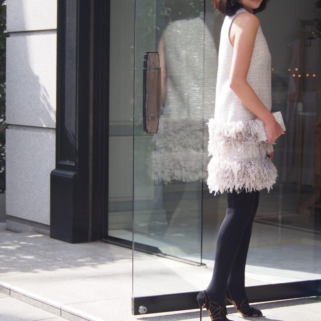 Lela Rose(レラ・ローズ)のスカートがフェザーのようになっているノースリーブのベージュミニ丈ドレス。