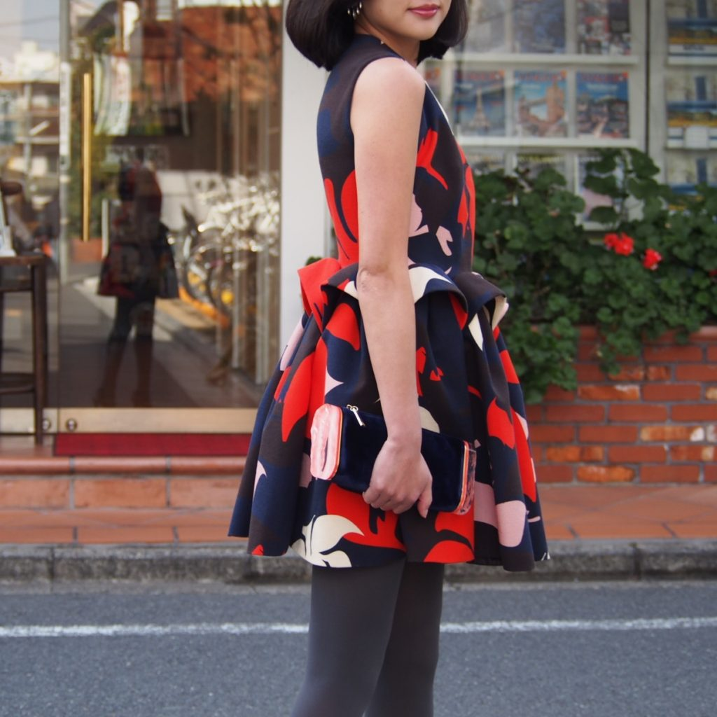 Delpozo(デルポソ)のネイビーとオレンジのマーブル模様(お花模様)になっているミニ丈のボリュームドレス