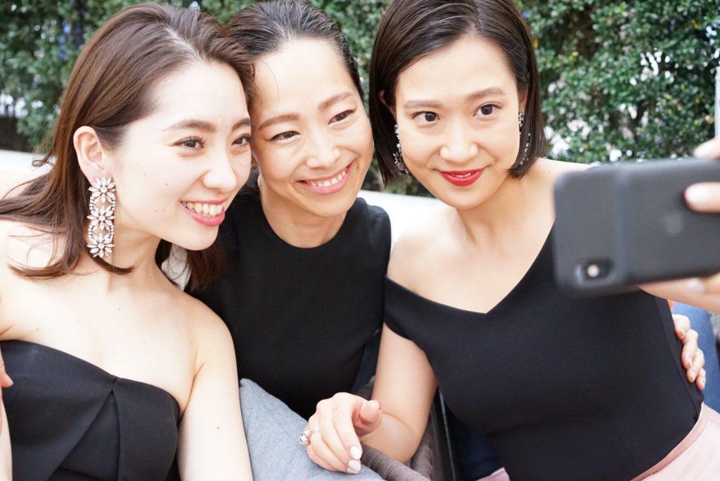 たくさんのゲストの方々はHAUTEのレンタルドレスを身に纏っている、シンプルで洗練されているオシャレなウェディングパーティーの様子。