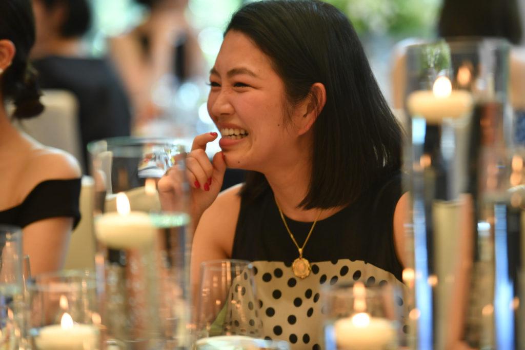 さくたんのゲストの方々はHAUTEのレンタルドレスを身に纏っている、シンプルで洗練されているオシャレなウェディングパーティーの様子。