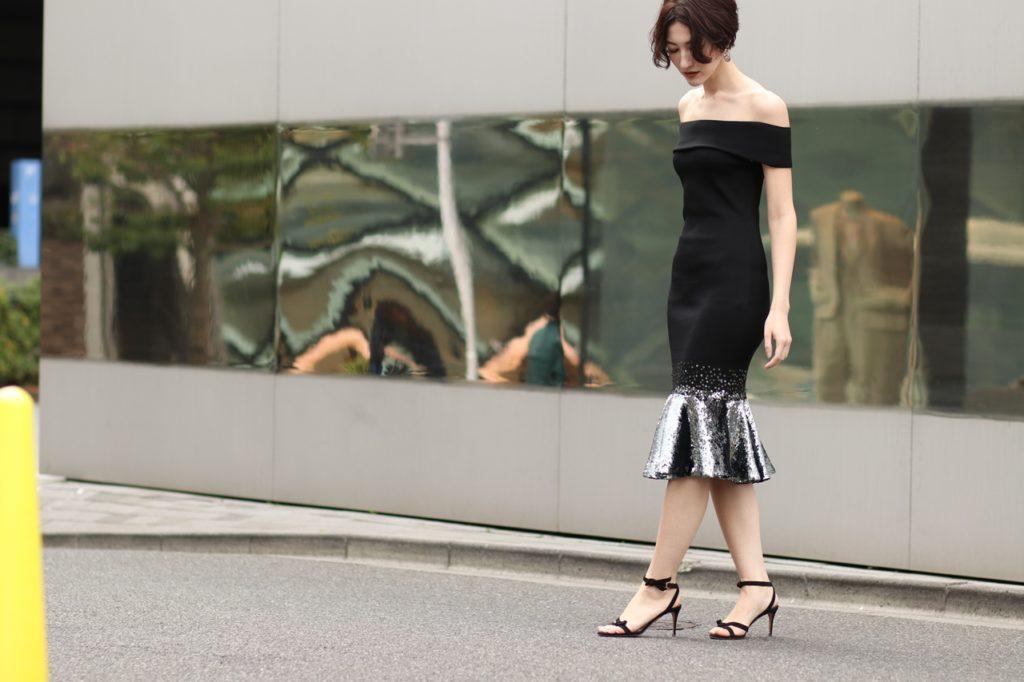 オフショルダーでタイトなデザインのドレスは身体のラインをより美しく、エレガントな雰囲気を演出いたします。