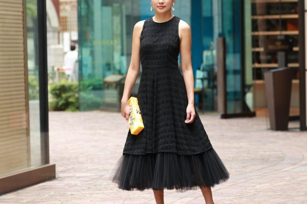 シルクで型押し素材のノースリーブのドレス。ウエストはフィット感のあるデザインでスカートが裾に向けてしなやかにボリュームを増していくデザイン。チュールがある事でそのボリュームがより一層広がります。