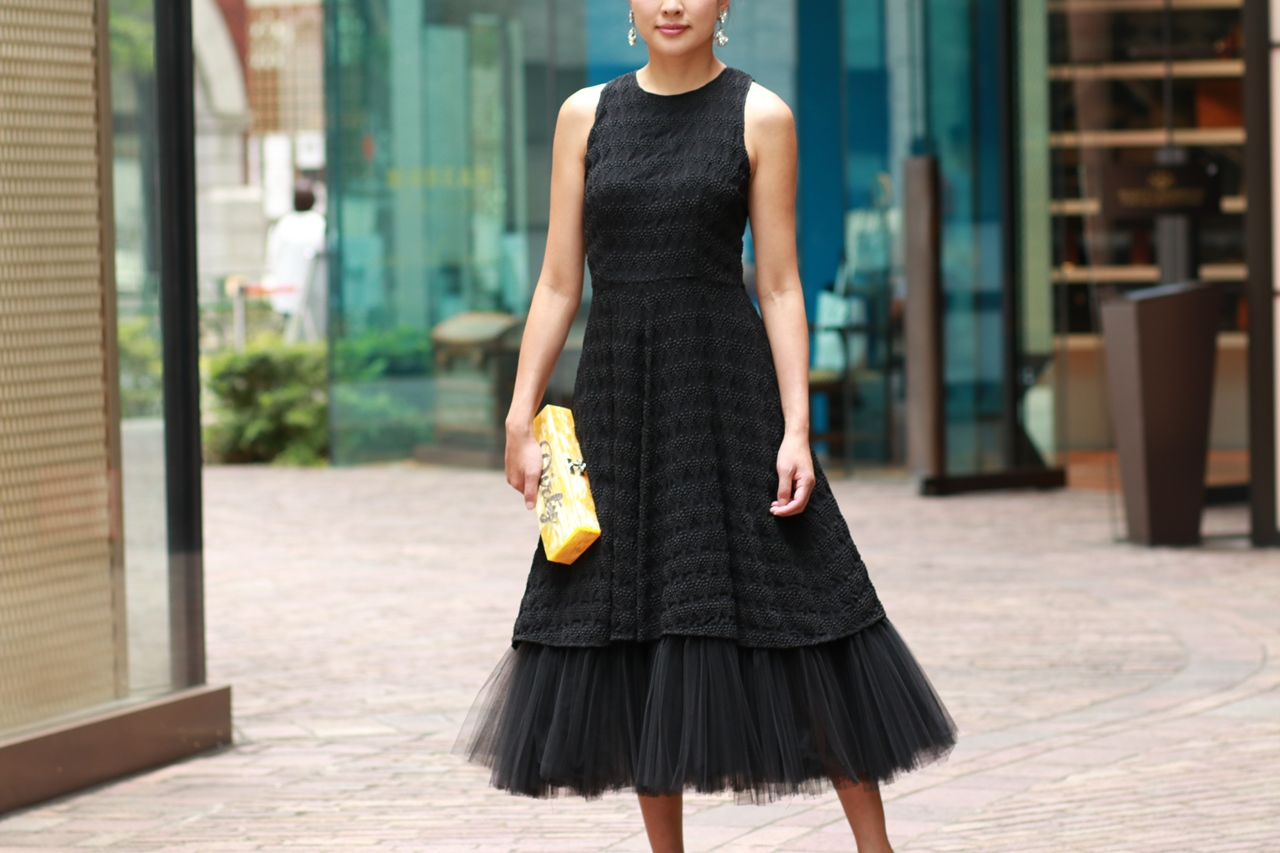 おしゃれなリトルブラックドレス。品のあるデザインでどんな時でもシーンにマッチするもの。ノースリーブで裾にはボリューミーなチュールが施されたエレがンドなデザイン。