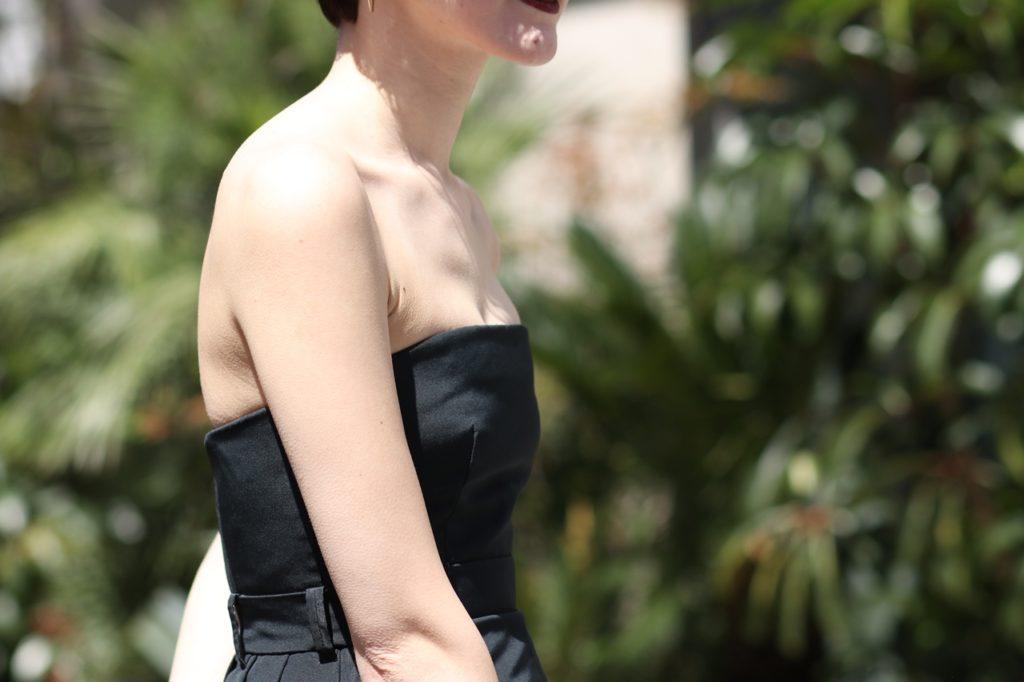 黒のベアトップドレスはデコルテを一弾と美しくキレイに見せてくれます