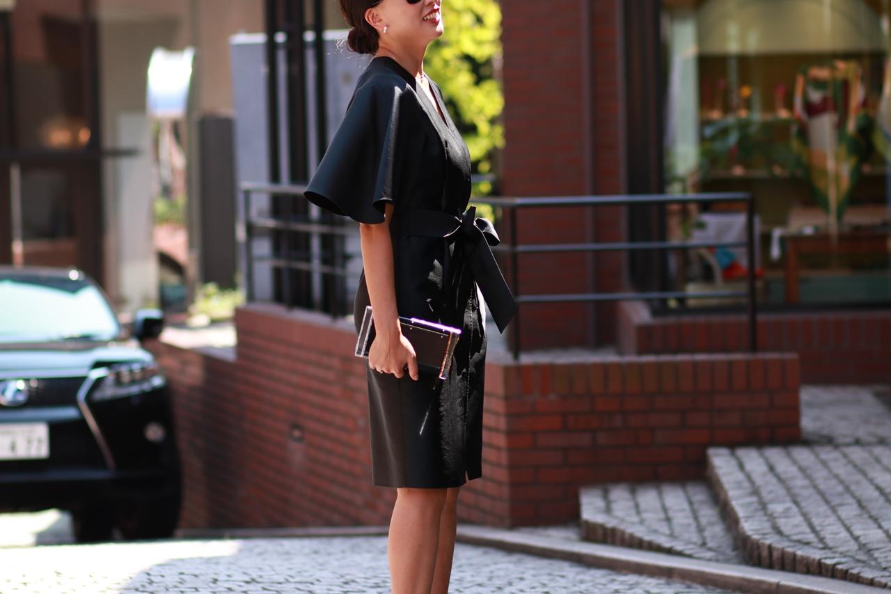 ブラックのラップワンピース(キモノドレス)。ウエストマークのリボンがある事により脚長効果があります。