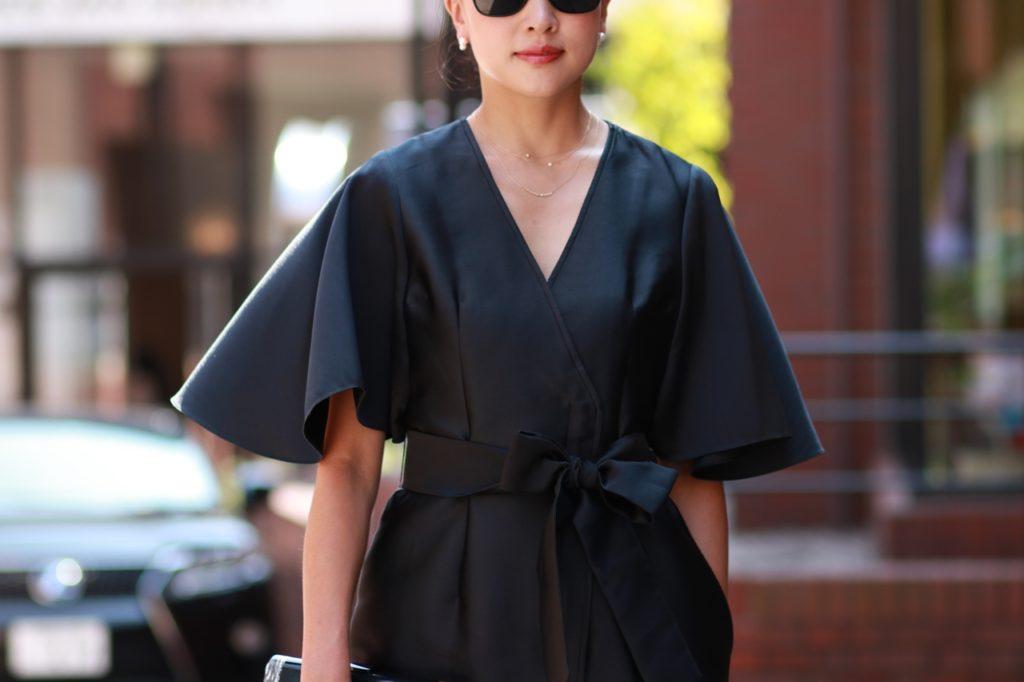 Vネックになっているブラックドレスにはデコルテをそのまま見せるか長さのあるネックレスを重ね付けするのもおすすめです