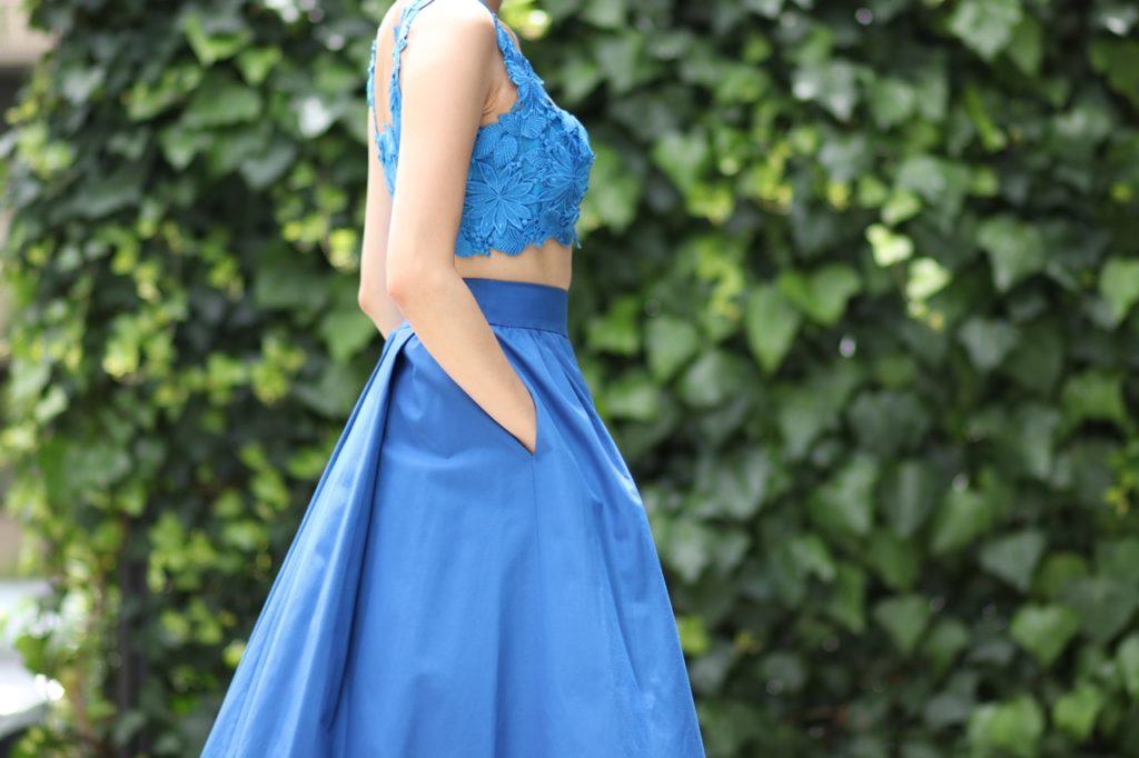 お呼ばれにもぴったり。ブルーのロング丈のボリュームがあるスカート