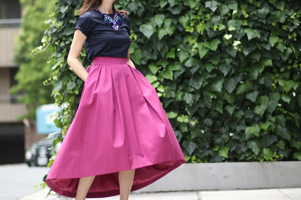 お呼ばれにもぴったり。ピンクのボリュームスカート。