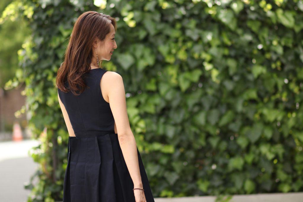 結婚式のゲストドレスにも活躍するネイビーのサマードレス。