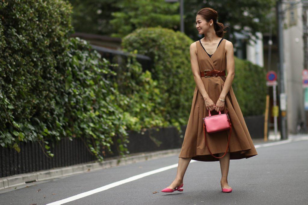 キャメル色のベージュのドレスはデイリーにもパーティーにもオールシーズン便利。
