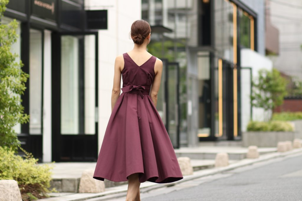 パープルのドレッシーなラップドレス。パーティーにもぴったりです。