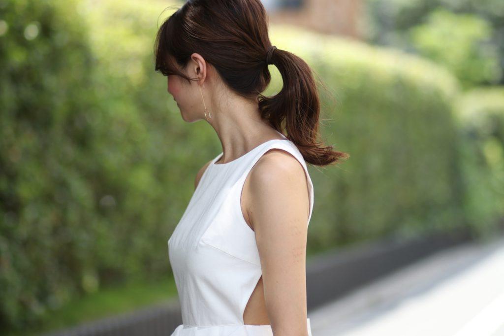 おしゃれなデザインの白のサマードレス