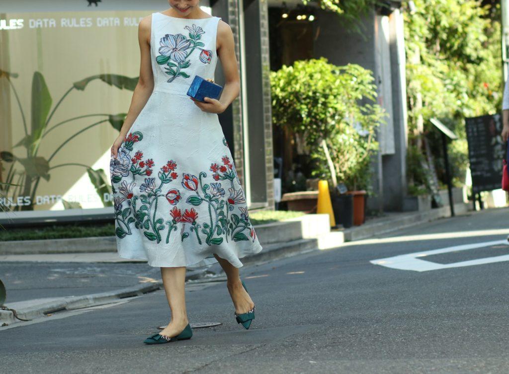 パーソナルカラーの診断別におすすめのレンタルドレスは大きな水色や赤の花が刺繍された水色ののLela Rose(レラ・ローズ)のドレス