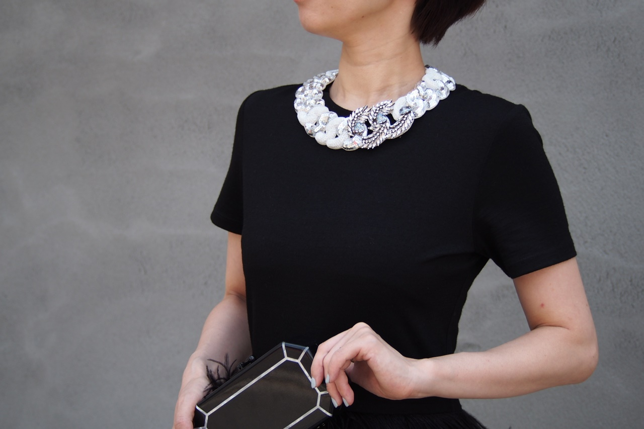 白いビジューとスパンコールのネックレスはShourouk(シュルーク)のおしゃれなレンタルアクセサリー