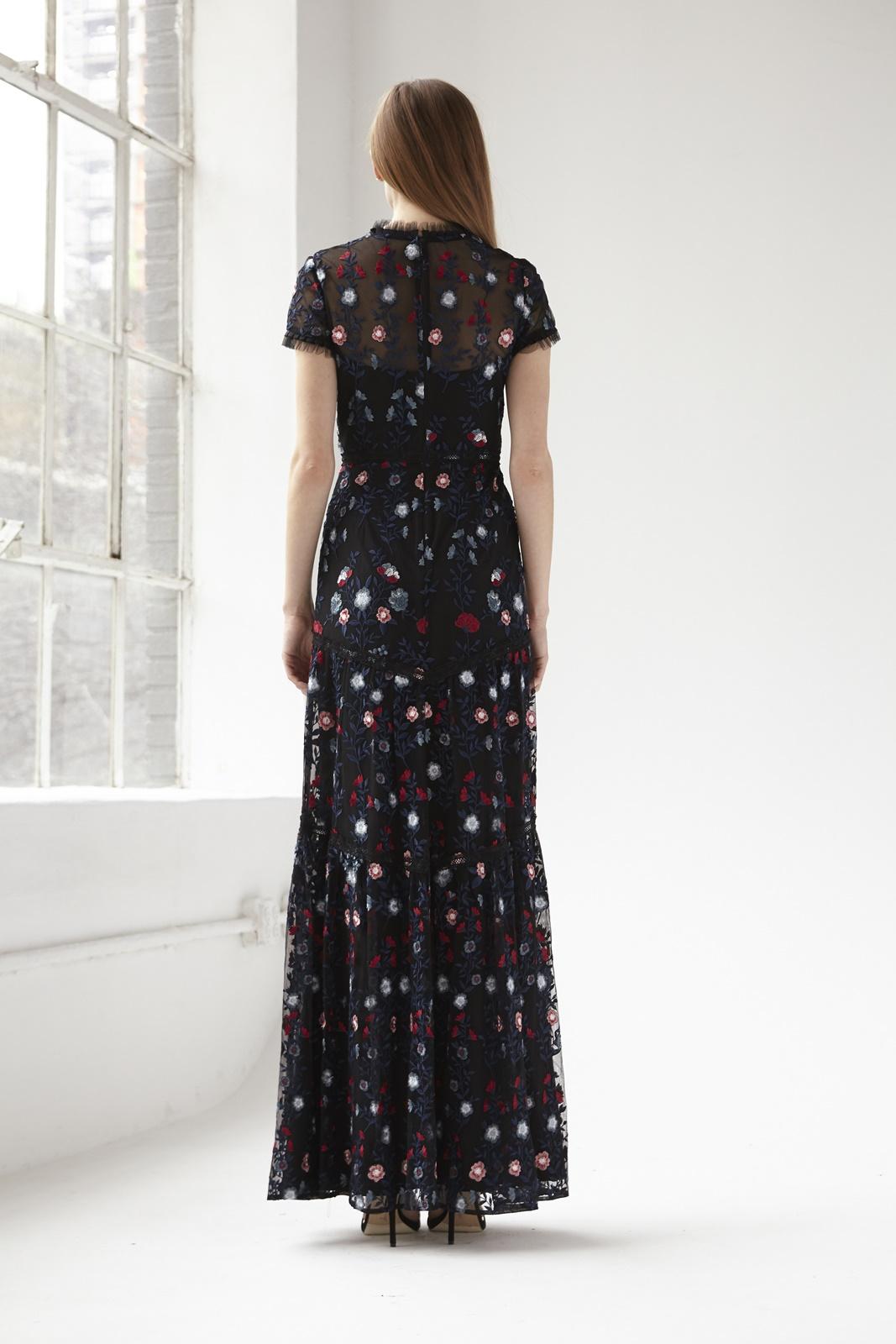 ブラックベースにネイビーや赤の刺繍が施された結婚式やパーティーにおすすめのおしゃれなエムエル・モニーク・ルイリエ(ML Monique Lhuillier)のロングドレス