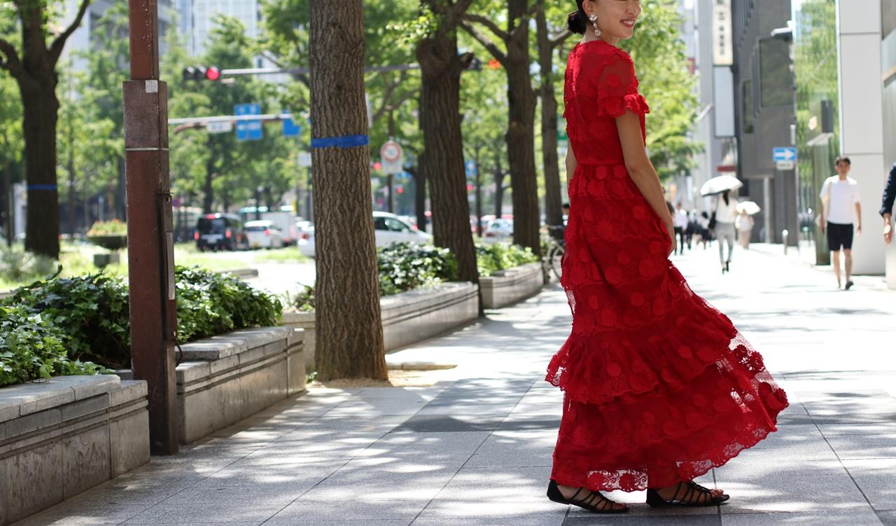 結婚式、お呼ばれにはおしゃれな赤の袖有レースロングドレスをレンタルするのがおすすめ