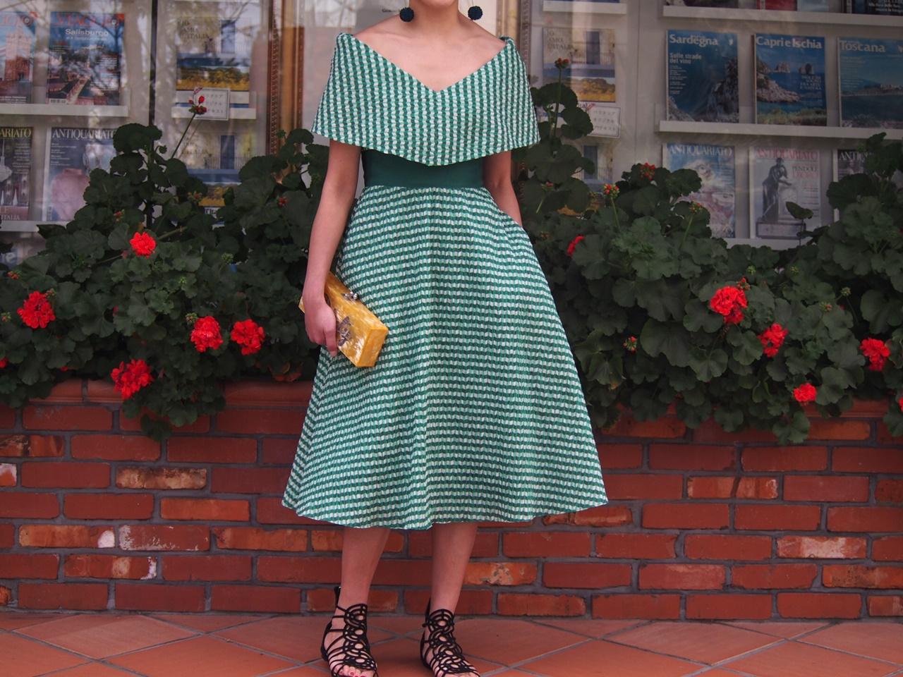 グリーンのギンガムチェックのオフショルダードレスは春の結婚式やパーティーにおすすめのおしゃれなレンタルパーティードレス