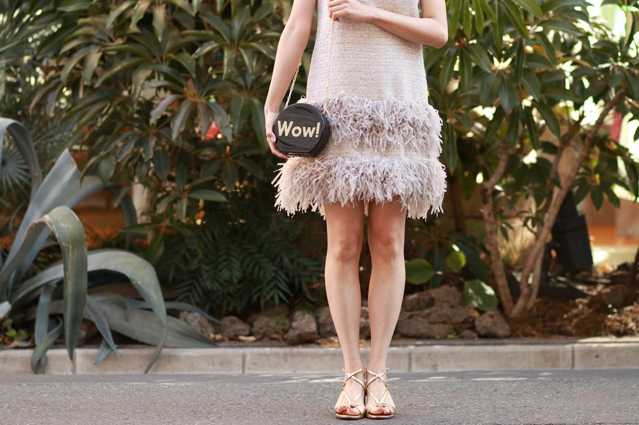 裾いフリンジが付いているピンクベージュのノースリーブのドレスは春の結婚式やパーティーにおすすめのおしゃれなレンタルパーティードレス