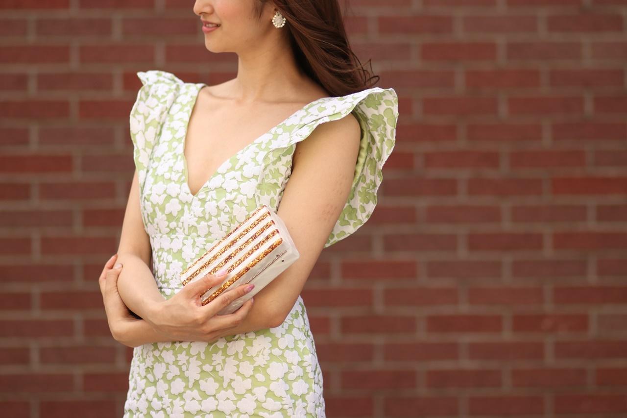 白い花模様が刺繍されている黄緑色のノースリーブドレスは春の結婚式やパーティーにおすすめのおしゃれなレンタルパーティードレス