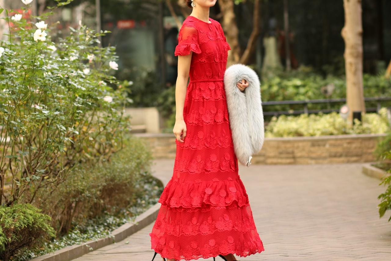 真っ赤な総レースの赤いドレスはクリスマスにおすすめのレンタルパーティードレス