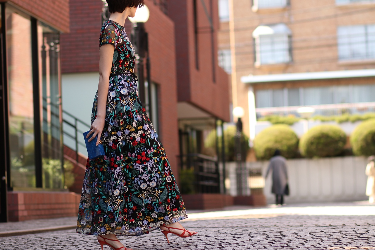 カラフルな刺繍が美しいブラックベースのドレスはクリスマスにおすすめのレンタルパーティードレス