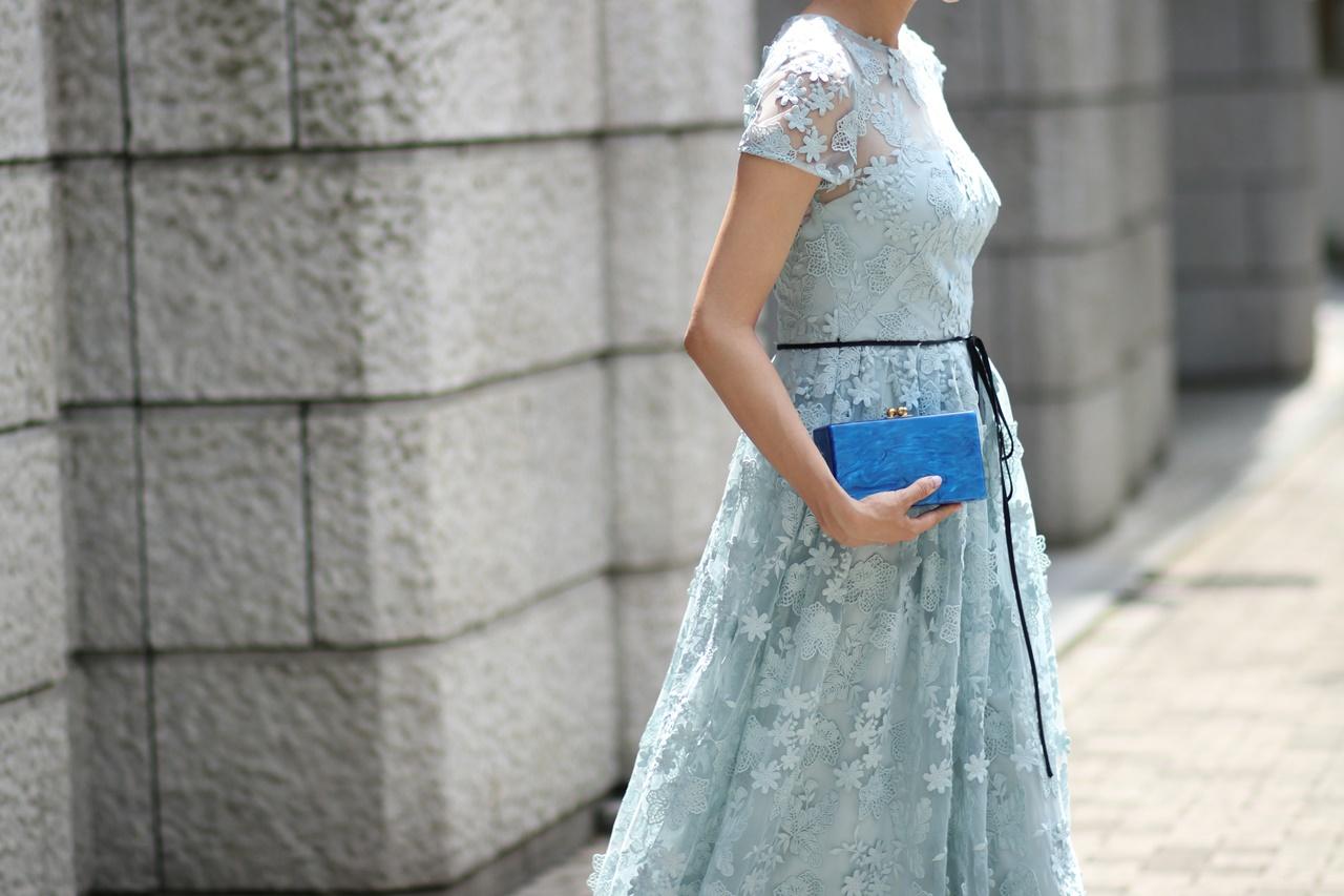 水色のチュールの生地にはお花のレースがついている半袖のロングドレスは春の結婚式やパーティーにおすすめのおしゃれなレンタルパーティードレス