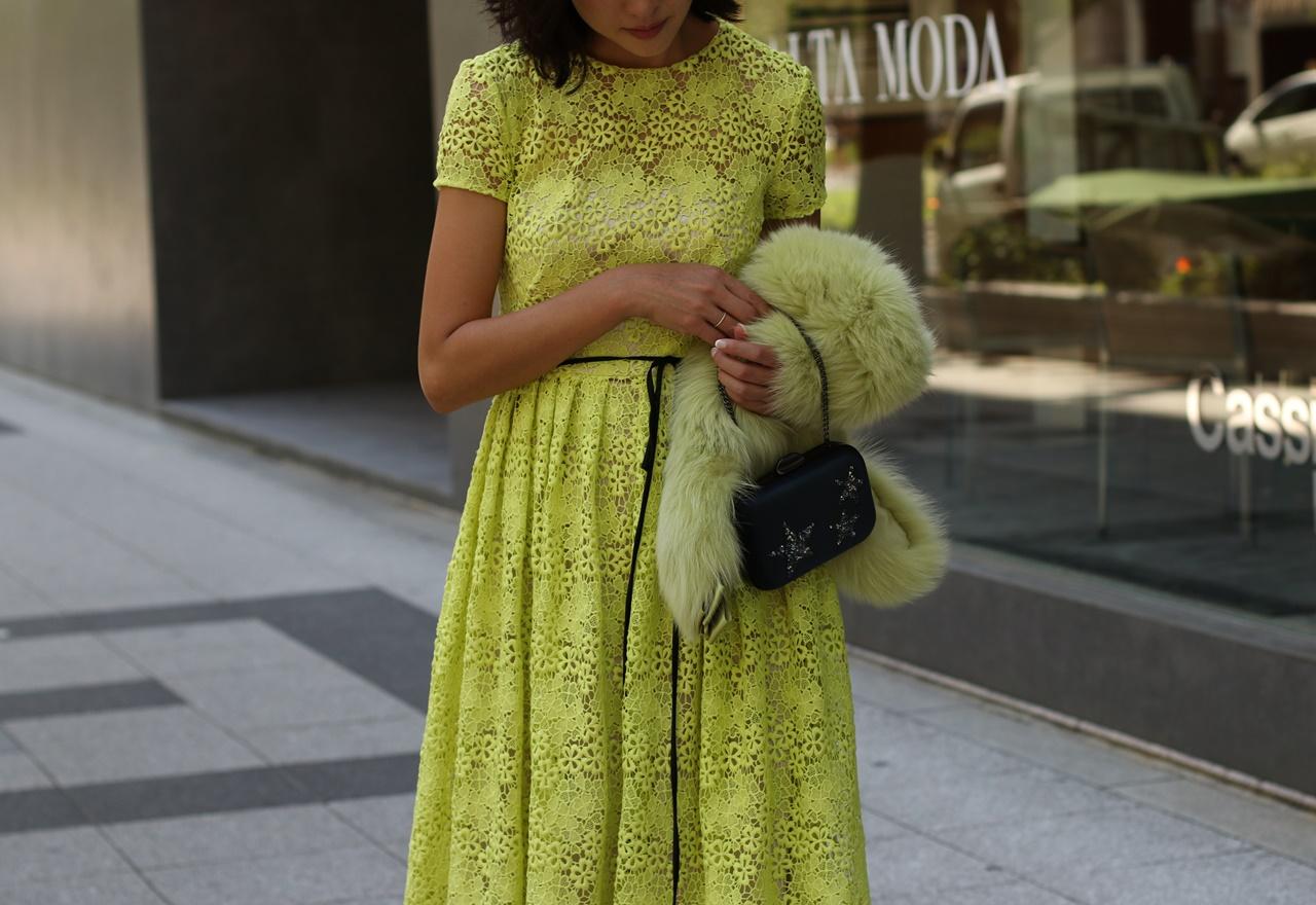寒い冬の結婚式に黄緑色の総レースのパーティードレスにファーを合わせると冬らしくみえる