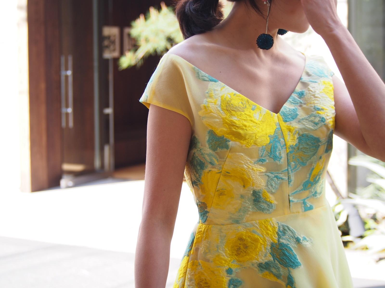 大柄の花が刺繍されたVネックの黄色のドレスは春の結婚式やパーティーにおすすめのおしゃれなレンタルパーティードレス