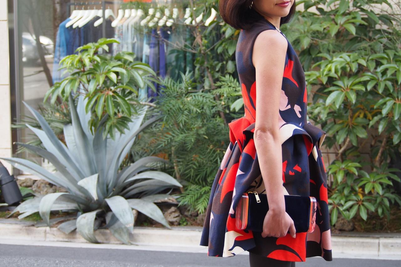 パーティードレス・お呼ばれドレスには立体的なデザインでひざ上丈のドレスにグレーのタイツを合わせるのがおすすめ