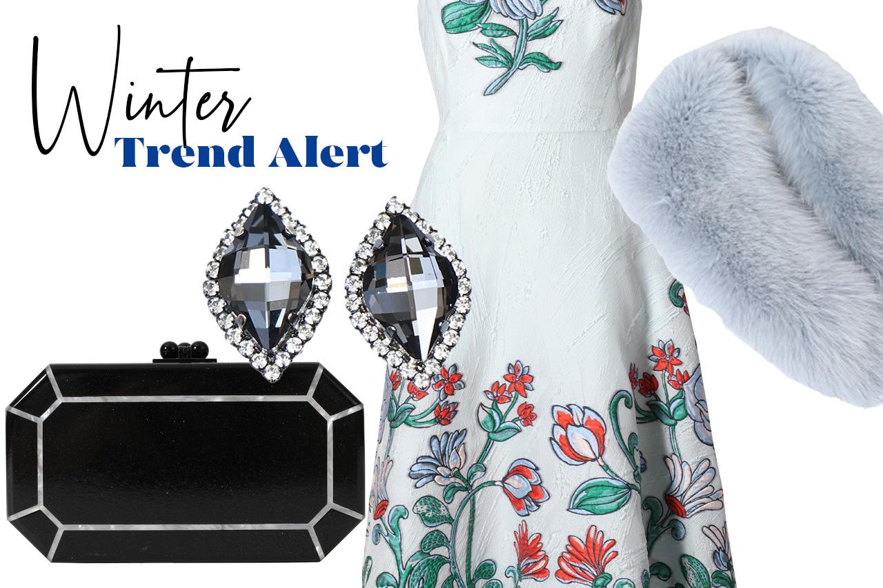 寒い冬の結婚式やパーティーにおすすめしたい刺繍が華やかなノースリーブのブルーのドレスにファーアイテムを使用したコーディネート