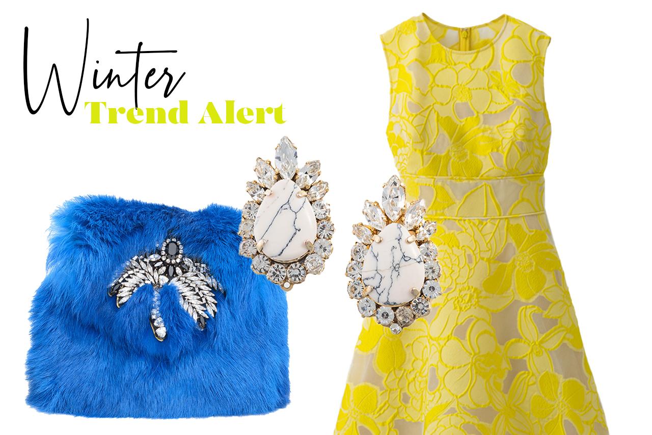 寒い冬の結婚式やパーティーにおすすめしたい黄色の花柄刺繍のドレスにブルーのファーバッグとビジューのイヤリングを合わせたコーディネート