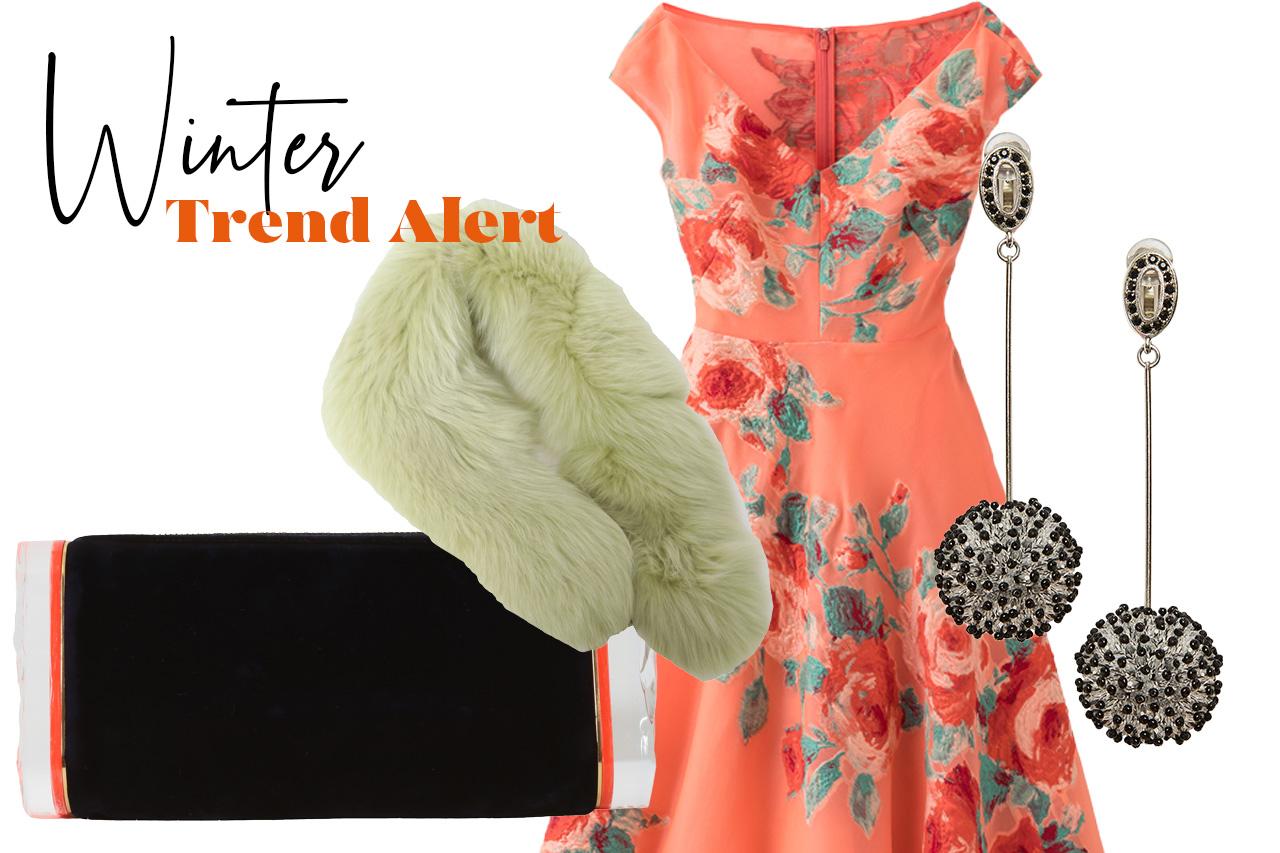 寒い冬の結婚式やパーティーにおすすめしたい花柄刺繍のあるオレンジのドレスに黄緑色のリアルファーとベルベット素材のクラッチバッグをあわせたコーディネート