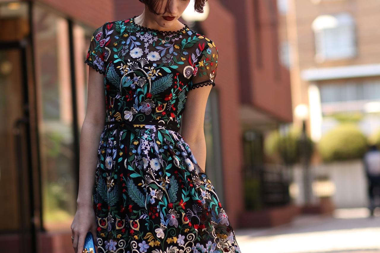 赤、黄色、緑、青のカラフルなお花の総刺繍のロングドレス