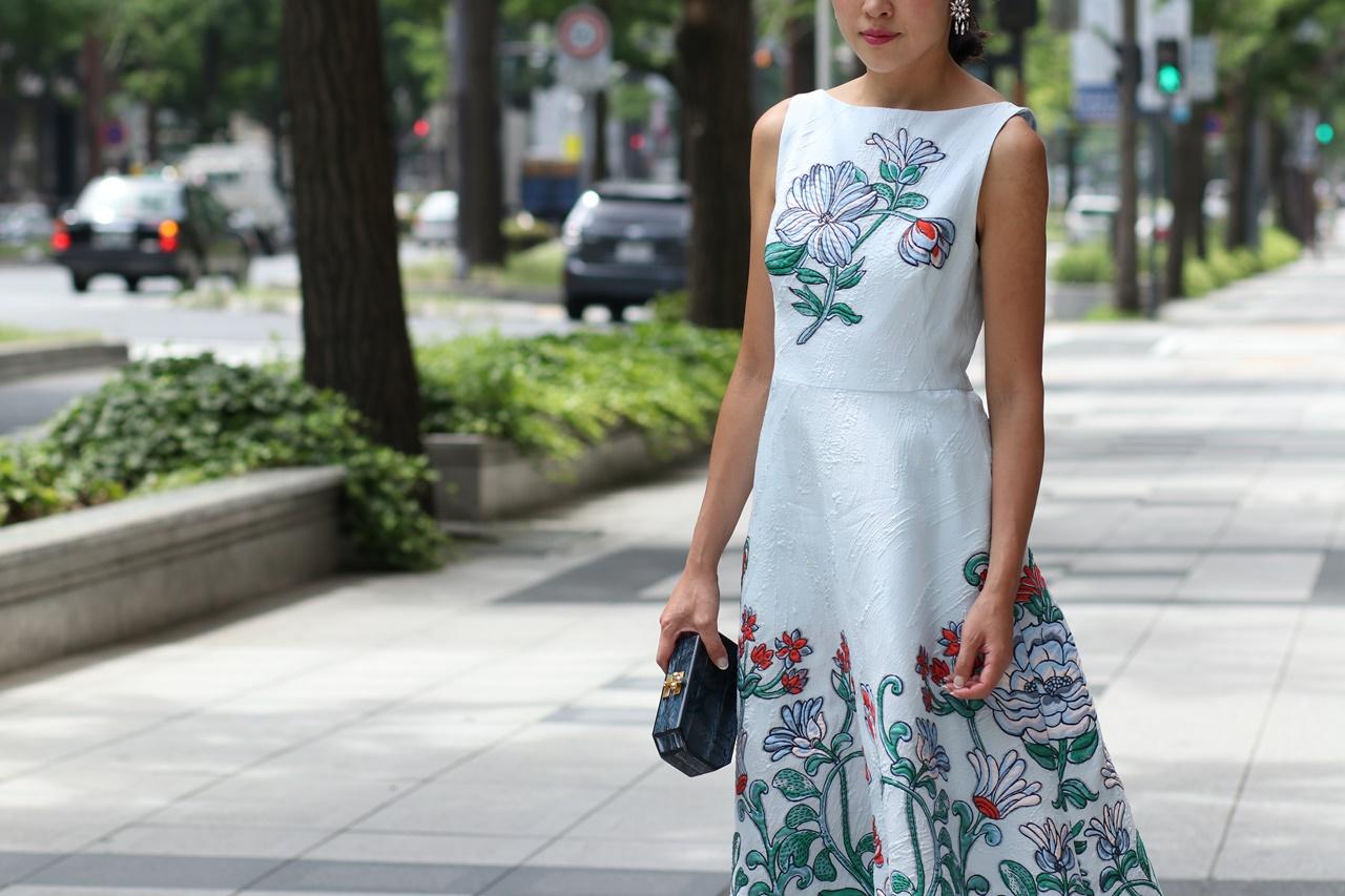 水色のノースリーブのドレスには大柄のお花の刺繍が施されているので春の結婚式やパーティーにおすすめのおしゃれなレンタルパーティードレス