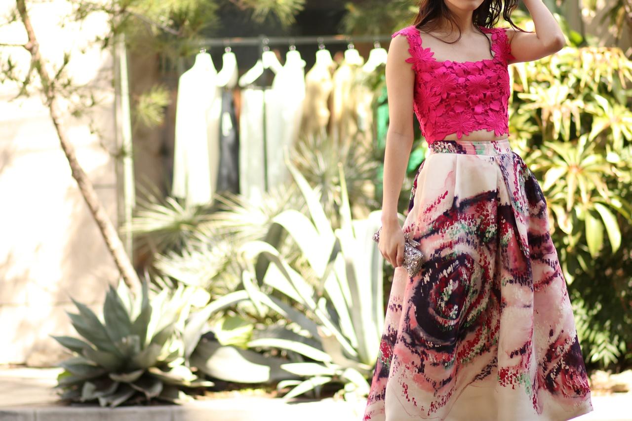 総レースの濃いピンクのキャミソールとマーブル模様のひざ下丈のスカートを合わせた春の結婚式やパーティーにおすすめのおしゃれなレンタルパーティードレス