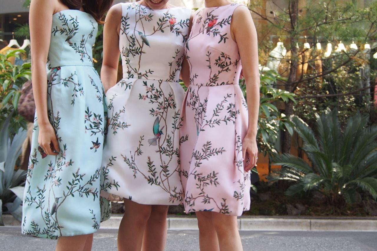 左は鳥柄のライムグリーンのベアドレス中央は鶏ガラの白いノースリーブドレス右は鳥柄のノースリーブのピンクのドレスを着て3人で並んでいる春の結婚式やパーティーにおすすめのおしゃれなレンタルパーティードレス