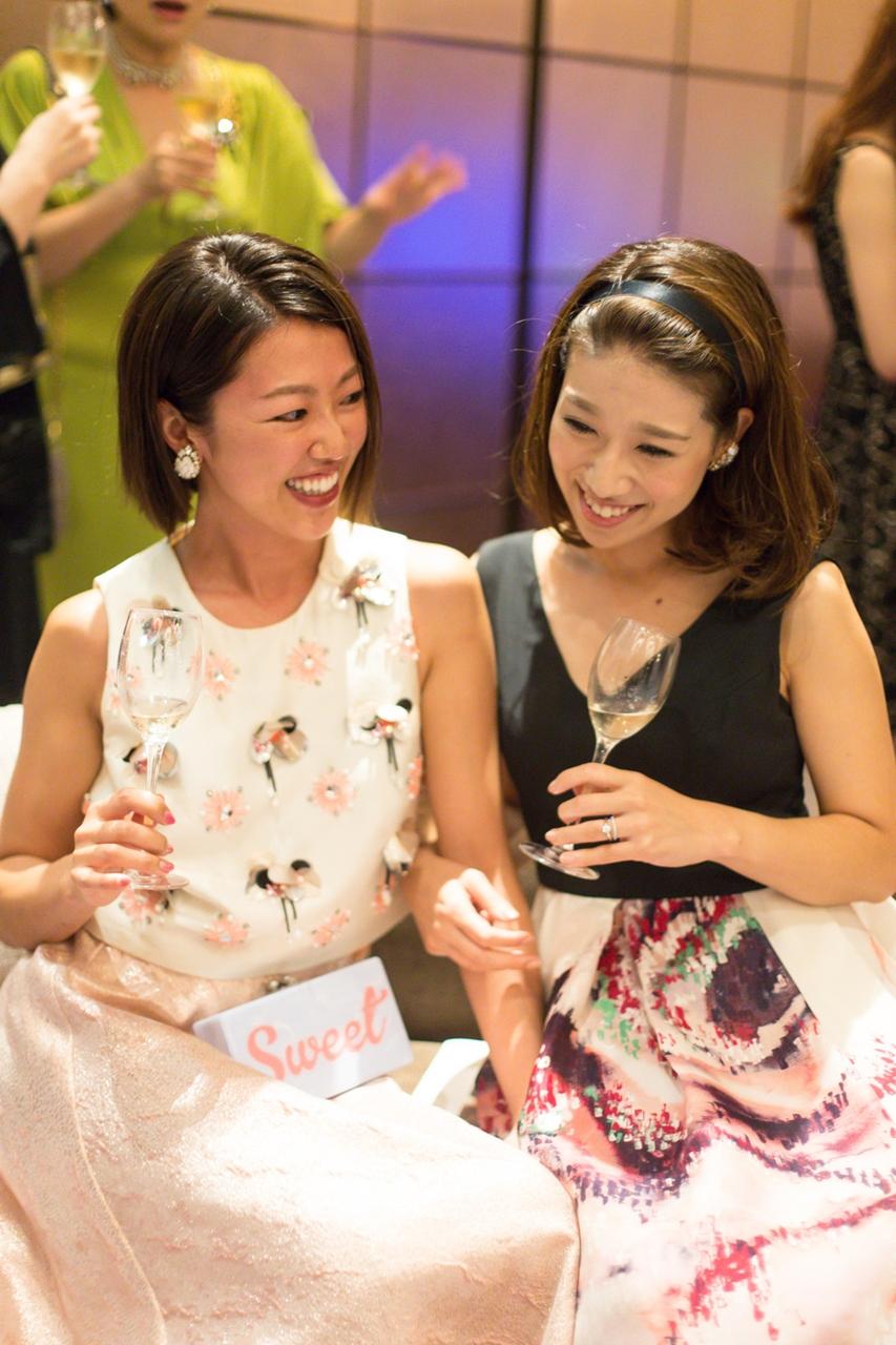 レンタルのパーティードレスを着てパーティーを楽しみ女性たち。それでってやっぱり大事!