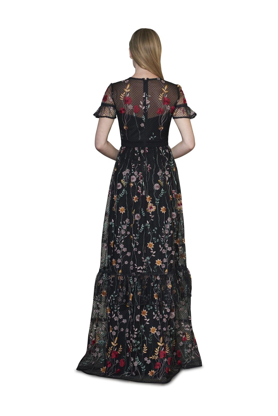 赤や黄色の花柄の刺繍がされた黒いチュールの半袖のロングワンピースはエムエル・モニークルイリエ(MLMonique Lhuilier)のロングドレス