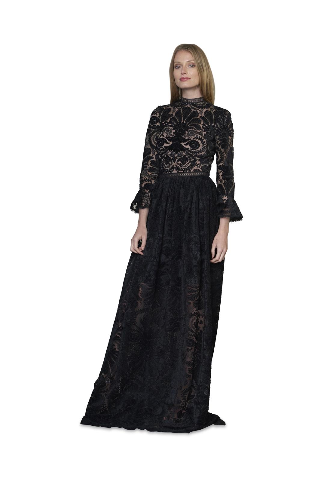 ベルベット生地のモチーフが付いた黒いチュールのロングドレスは裏地がベージュになっている長袖のエムエル・モニーク・ルイリエ(ML Monique Lhuilier)のドレス